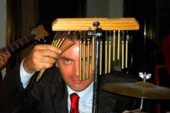 Dietro il percussion set di propria invenzione